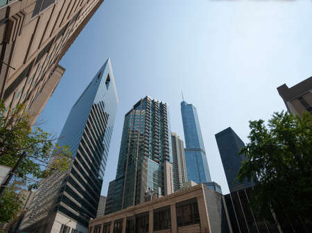 Converging perspective of surrounding highrise ueban buildings in Chacago USA. 版權商用圖片