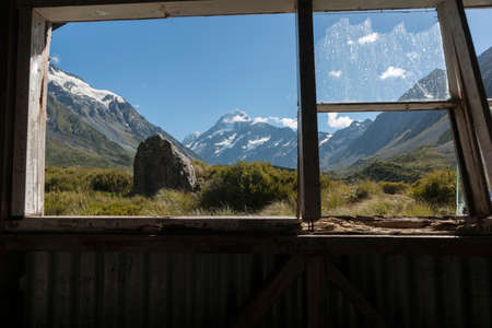 Window view in old trampers hut in mountains, on the Hookers Track, Mount Cook in New Zealand s Southern Alpine region. 版權商用圖片