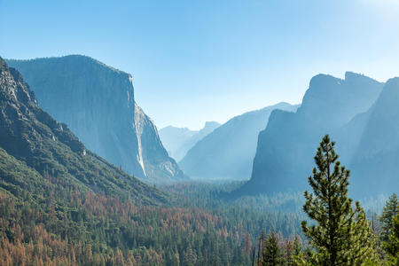casua: Tunnel View is a scenic overlook on State Route 41 in Yosemite National Park. The iconic and expansive view of Yosemite Valley from the view point have been seen and documented by visitors since it opened in 1933. Internationally renowned artists to casua Stock Photo