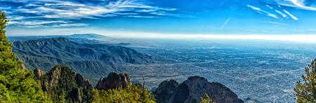 サンディア国立研究所の頂上の 10,678 フィートの標高からの眺めアルバカーキ、ニュー メキシコ (標高 5,312 フィート)。