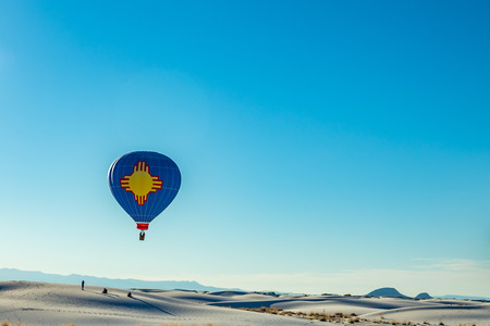 alamogordo: Colorful hot air balloons fly over the glistening gypsum dunes at White Sands National Monument during the 2016 Balloon Invitational. Stock Photo