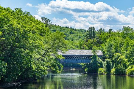 ヘニカーの覆われた橋は屋根付き歩行者の歩道橋 Contoocook 川ヘニカー、ニュー ・ ハンプシャーのニュー イングランドの大学を提供です。 写真素材