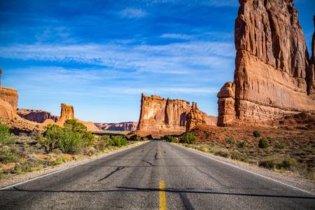모압 (Utah) 외곽에 위치한 아치 국립 공원 (Arches National Park)은 높은 사막을 가로 질러 18 마일의 경치 좋은 드라이브로 구성되어 있습니다.