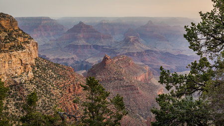 Along the Grand Canyon National Park in Arizona there are multiple lookouts and overlooks to see down into the canyon. Imagens