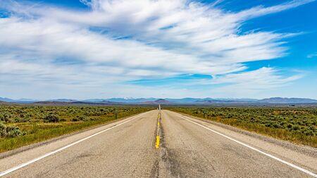 Idaho Route 75 en dirección norte cerca de Shoshone con el Área Recreativa Nacional Sawtooth al fondo.