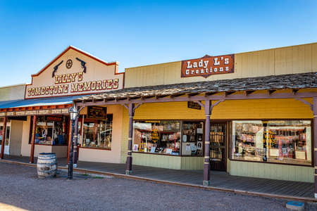 Tombstone, Arizona, USA - March 2, 2019: Morning view of Allen Street in the famous Old West Town Historic District Redactioneel