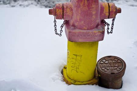 Ein Grundriss eines Hydranten auf der Straße an einem kalten Wintertag. Standard-Bild - 97110159
