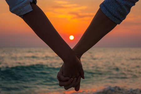 manos juntas: Primer plano de una manos de un par se mantienen unidos
