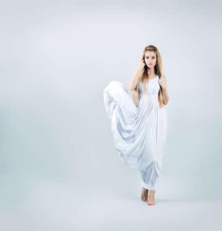 afrodita: Afrodita mujer de estilo en el vestido blanco que agita la diosa del griego cl�sico Foto de archivo