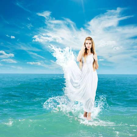 deesse grecque: Aphrodite disant femme en �claboussant Marcher sur l'eau robe antique Collage de d�esse grecque Banque d'images
