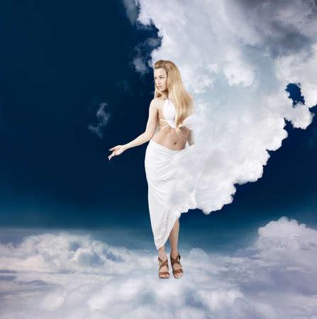 diosa griega: Afrodita mujer de estilo en el vestido Nube Walking in the Sky Ancient Greek Goddess Collage Foto de archivo