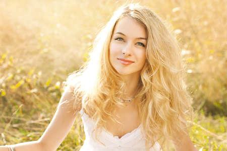 naturel: Lumineux Portrait de femme au champ d'été Banque d'images