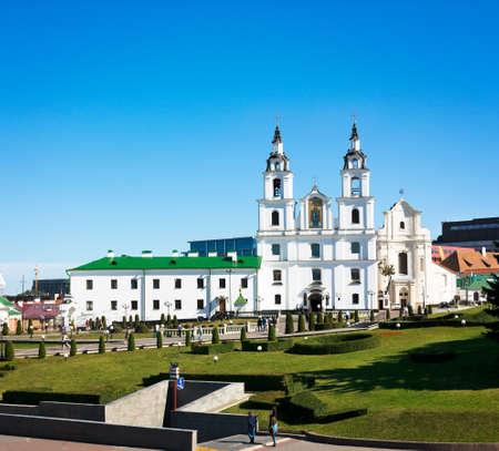 espiritu santo: Catedral de Esp�ritu Santo en Minsk, Bielorrusia Vista de la iglesia ortodoxa y Centro Hist�rico Nemiga Editorial