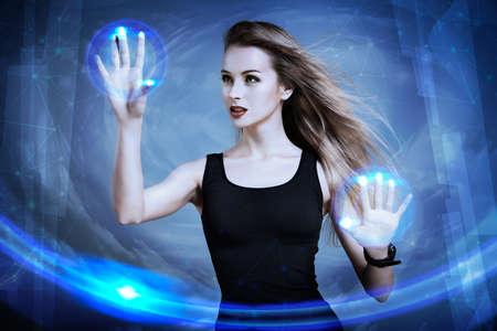 美しいセクシーな女性の仮想スクリーンを用いたします。バーチャルリアリティの概念それを完璧な。タッチ画面のインターフェイスの可視化。