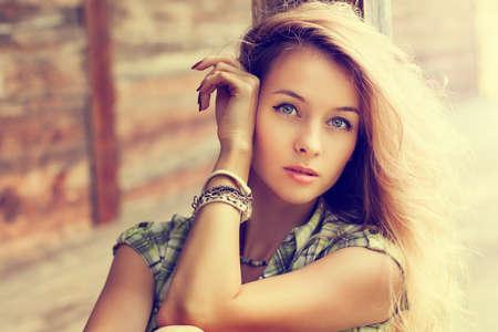 retrato de mujer: Virada Retrato de la mujer hermosa rubia en el fondo de madera