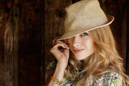 모자와 함께 행복 한 금발 여자의 초상화