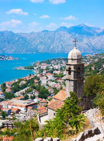 Lovcen 山モンテネグロ、バルカン半島、アドリア海夏のリゾート地をヨーロッパ コピー スペースからコトル旧市街の眺め