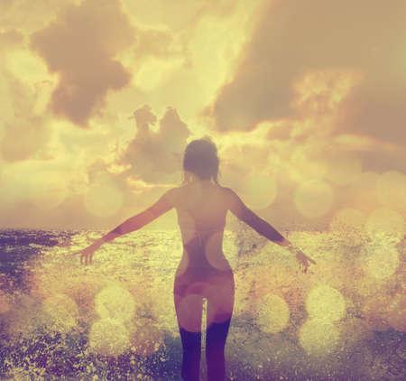 바다 파도에 비키니 서에서 아름 다운 여자와 두 팔을 벌려 즐기기 선샤인 스톡 콘텐츠 - 27413455