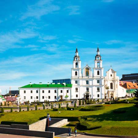espiritu santo: Catedral de Esp�ritu Santo en Minsk, Bielorrusia Vista de la iglesia ortodoxa y Centro Hist�rico Nemiga Foto de archivo