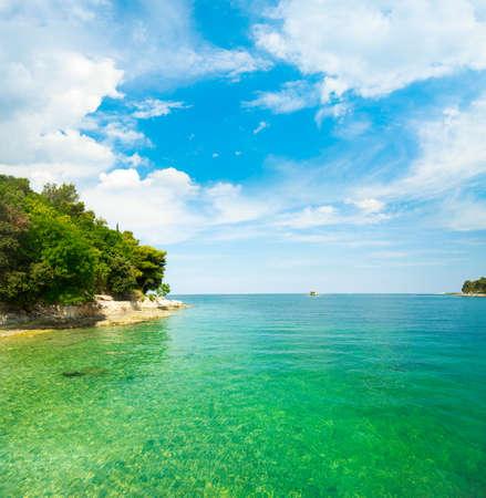 맑은 푸른 물과 함께 크로아티아의 여름 아드리아 해 풍경 지중해 휴가 개념 복사 공간