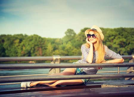 放松在公园现代青年生活方式概念的年轻行家妇女画象被定调子的照片
