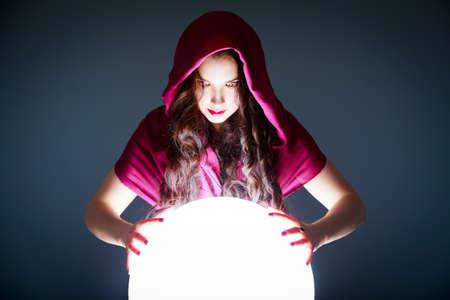 adivino: Adivino Buscando en una bola cristalina de la Magia. Predicción Futuro. Hermoso espacio de la copia para su logotipo o Concepto de la Pelota Resplandeciente Blanca.
