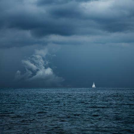 voile: Bateau � voile dans le Centre de Formation temp�te. Contexte dramatique. Danger � Concept mer. Photo teint�e avec Espace texte. Banque d'images