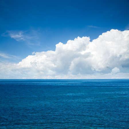 cielo azul: Hermoso mar azul con nubes majestuosas. Foto cuadrada con espacio de copia.