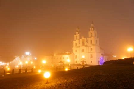 espiritu santo: Catedral de Esp�ritu Santo en Minsk, Bielorrusia. Vista de la iglesia ortodoxa principal en el Centro Hist�rico. Foggy noche de invierno.