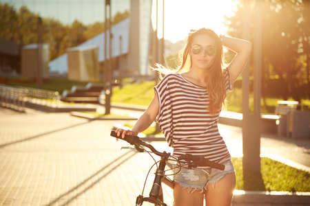 moda: City Bisiklet Moda Hipster Genç. Tonda ve Filtreli Foto. Modern Genç Yaşam Kavramı.