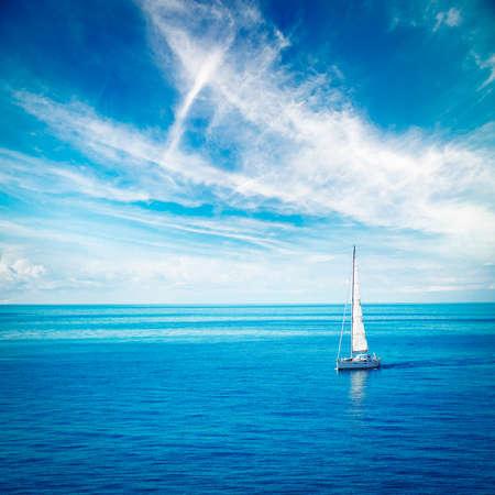 mar: Hermoso paisaje marino con blanco yate de vela en el mar azul. Foto cuadrada con espacio de copia.