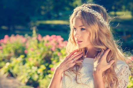 esküvő: Bájos menyasszony esküvői tiara természet háttér. Modern Menyasszonyi stílus. Tónusú fotó másolatot helyet. Stock fotó