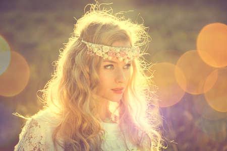 自然の背景にティアラと魅惑的な花嫁。モダンなブライダル スタイル。自由奔放に生きるファッション結婚式。ボケ味とコピー領域加工写真クロス