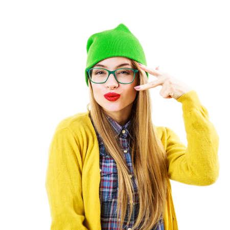 crazy people: Retrato de Funny Street Style Hipster Chica Going Crazy aislado en fondo blanco. Moda Traje Casual Fashion en la primavera o el otoño.