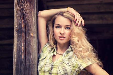 Portret van een romantische Hipster Meisje van de manier op houten achtergrond. Getinte foto met kopie ruimte.