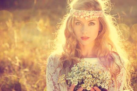 Boho Styled Bruid met Tiara op de natuur achtergrond. Vintage Bridal Style. Fashion Wedding Concept. Afgezwakt en gefilterd Foto met Bokeh en kopieer de ruimte. Stockfoto
