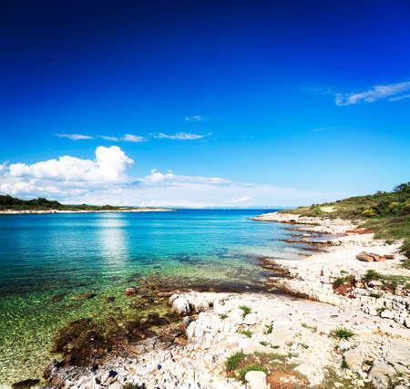 Verano paisaje marino Adriático en Croacia con claro transparente de agua azul y Rocky Shore. Cabo Kamenjak. Concepto de vacaciones mar Mediterráneo. Copiar el espacio de fondo.