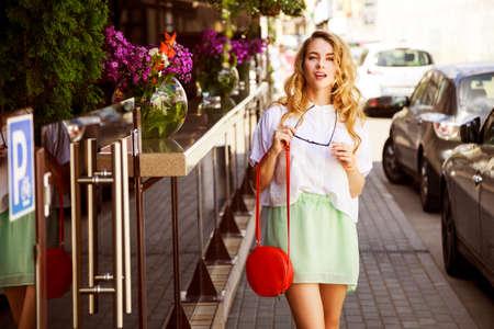 도시 거리에서 아름 다운 패션 여자입니다. 여름에 유행 소녀입니다. 사진 톤. 스톡 콘텐츠