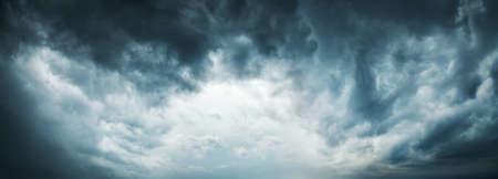 Dramatischer Himmel Hintergrund. Stürmische Wolken im dunklen Himmel. Moody Cloudscape. Panoramabild kann als Web Banner oder Wide Site Header verwendet werden. Getöntes und gefiltertes Foto mit Kopierraum.