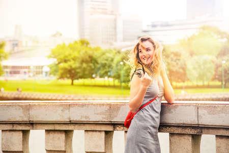행복 한 미소 패션 도시 거리에 여자입니다. 여름에 유행 소녀입니다. Bokeh와 복사 공간 톤된 사진입니다.