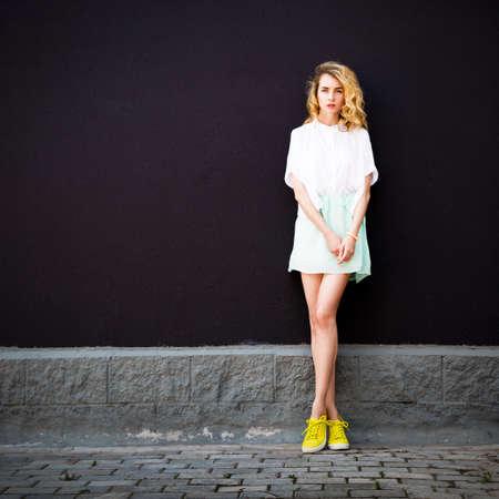 Portrait en pleine longueur d'une fille à la mode Hipster debout sur le fond du mur texturé sombre. Urban Fashion Woman Concept en été. Street Style Female. Instagram Styled Photo Tonée avec Espace Copier. Banque d'images - 68636644