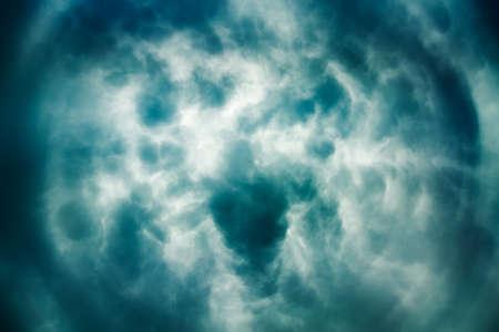 劇的な空の背景。嵐のセンター形成。暗い空で嵐の雲。嵐概念の目。恐ろしい雲雲。不機嫌そうな Cloudscape。コピー スペースとトーンとフィルター
