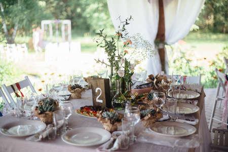 decoracion mesas: tablas de la decoración de la boda en madera natural al aire libre