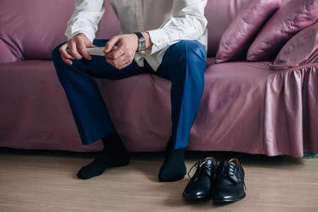 El hombre de negocios o el novio lleva zapatos negros plantas azules