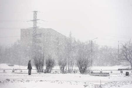 tormenta de nieve en Rusia, invierno peligro fondo urbano