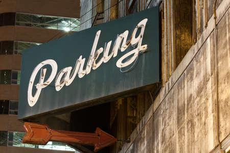 se�al parking: Parking Sign Con La Flecha Foto de archivo