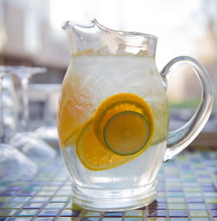 lemon slices: Clear Glass Immagine di acqua con ghiaccio e fette di lime e limone