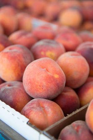 農民市場での新鮮な厳選桃