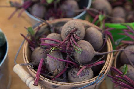 Organische bieten in een mand op een boerenmarkt