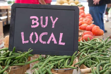 green beans: Comprar Iniciar Pizarra Local Con toneladas de jud�as verdes, tomates y cebollas a la Venta en el Mercado de Agricultores